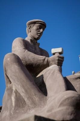 Άγαλμα του Ζουπανιώτη μάστορα της πέτρας, στην κεντρική πλατεία του Πενταλόφου