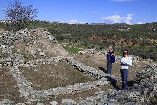 Η αρχαιολόγος Ευαγγελία Σταμέλου μάς ξεναγεί στον νεολιθικό οικισμό του Σέσκλου Α ή Ακρόπολη.
