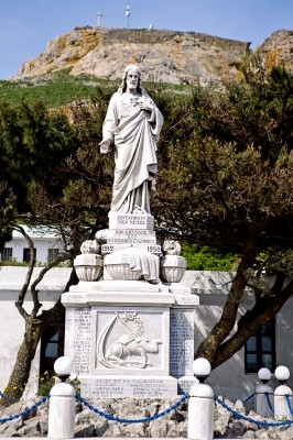 Μονή Ιεράς Καρδίας. Ο ανδριάντας στο Ηρώο Πεσόντων.