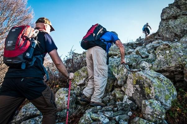 Σκαρφαλώνοντας στις τελευταίες βραχώδεις σκάλες της κορυφής.