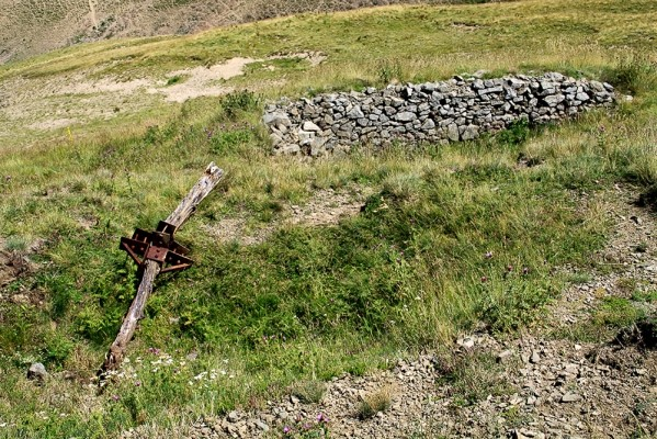 Οχυρό των ανταρτών - πολυβολείο, ακριβώς κάτω από την κορυφή Περήφανο.