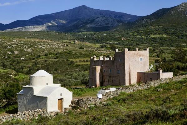 Πύργος Μπογιατζόγλου και μπροστά η εκκλησούλα της Παναγίας Ορφανής