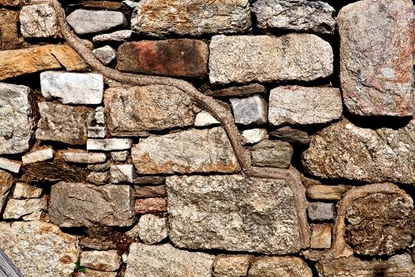 Λεπτομέρεια του τείχους με το Αιγυπτιάζον σύστημα δόμησης