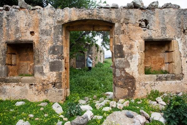 Οι εγκαταστάσεις του μοναστηριού, αν και ερειπωμένες, αποκαλύπτουν την τοιχοποιία με τον λαξευτό πωρόλιθο.