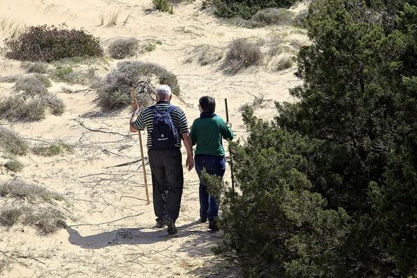 Ζευγάρι ηλικιωμένων που κατηφορίζει απο το Παλαιόκαστρο.