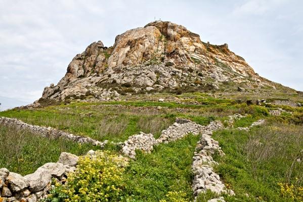 Τμήμα κυκλώπειου τείχους γεωμετρικού οικισμού του 900 π.Χ. Ξώμπουργκο
