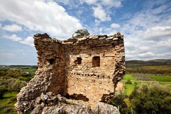 Η εσωτερική όψη του πρώτου πύργου, που με την πάροδο του χρόνου έχει υποστεί πολλές φθορές.