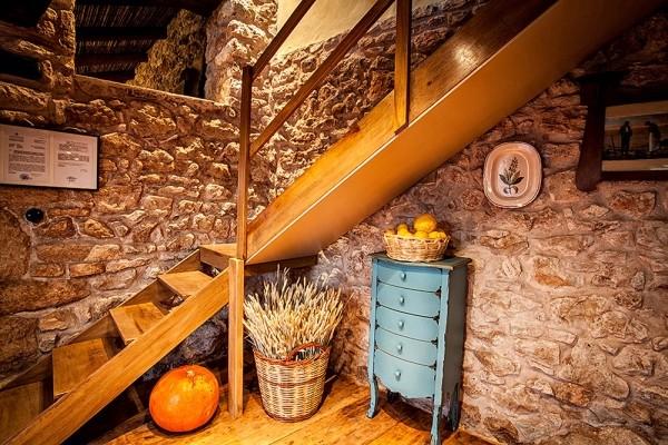 Εσωτερική ξύλινη σκάλα οδηγεί στο πατάρι του Μύλου.