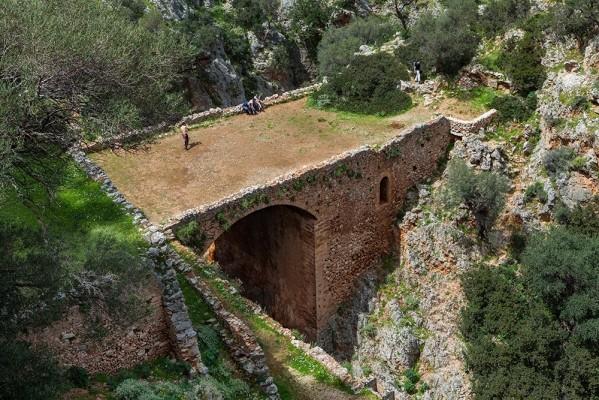 Η φαρδιά γέφυρα της Μονής Αγ. Τριάδας