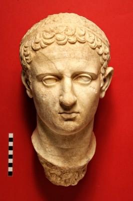 Εικονιστική κεφαλή, μαρμάρινου αγάλματος υπερφυσικού μεγέθους του τέλους του 1ου αι. π.Χ