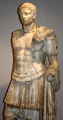 Άγαλμα, λίγο μεγαλύτερο του φυσικού μεγέθους, είναι από Πεντελικό μάρμαρο εξαιρετικής τέχνης και αποδίδει όρθιο θωρακοφόρο άνδρα στον τύπο του στρατηγού