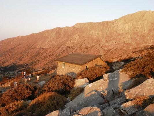 Tο πετρόχτιστο καταφύγιο με τις επικλινείς στέγες.