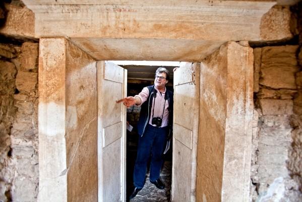 Το εσωτερικό του θαλαμωτού τάφου, με τον αρχαιολόγο-ανασκαφέα Κώστα Σισμανίδη