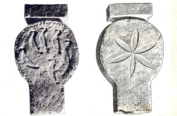 Η περίφημη Στήλη της Καμισάλας που απεικονίζει έξι πτηνά.