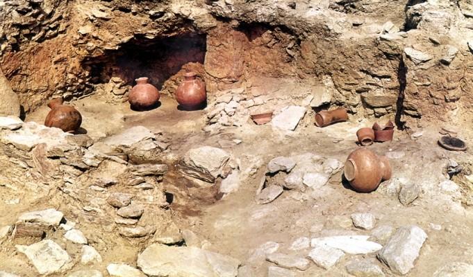 Τα πήλινα αγγεία της Οικίας του κεραμέα, όπως τοποθετήθηκαν στη θέση τους μετά τη συντήρησή τους.