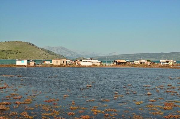 Τσίγκινα ψαρόσπιτα στις εκβολές του Αχελώου