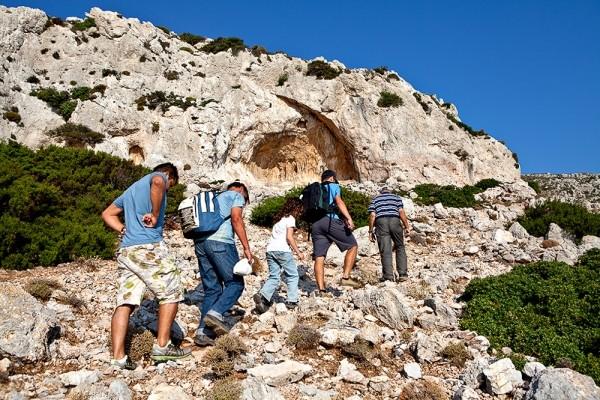 Ανηφορίζοντας το μονοπάτι από τη Θύμαινα στη Σελάδα. Χαρακτηριστικό σημείο το στόμιο της σπηλιάς.