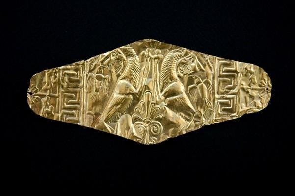 Ρομβοειδές έλασμα με έκτυπη παράσταση ανθεμίου, δύο λιονταριών, δύο αετών και μαιάνδρου. Βασιλική Νεκρόπολη
