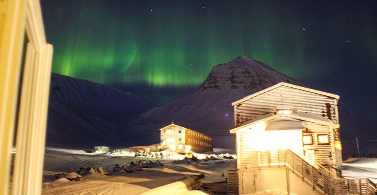 Κυνηγώντας τον Κρυμμένο  Ήλιο 1.332 χιλιόμετρα πριν το Βόρειο Πόλο στο Svalbard της Νορβηγίας