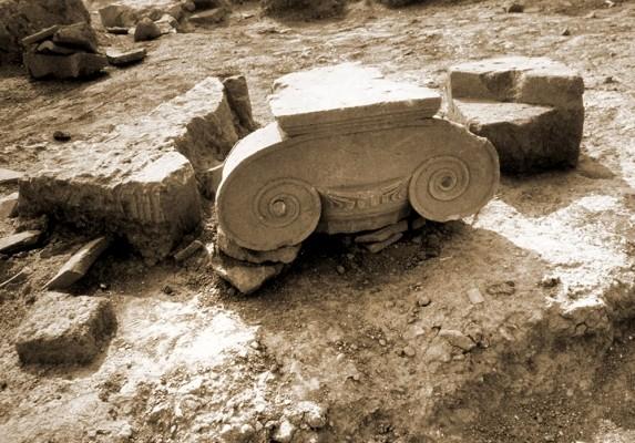 Ιωνικό κιονόκρανο από το χώρο της αρχαίας αγοράς