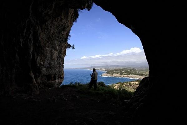 Σπηλιά του Νέστορα και αφρισμένο Ιόνιο.