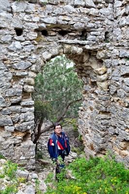 Η πυλίδα του ανατολικότερου 1ου πύργου στο Κάστρο του Άβαντα