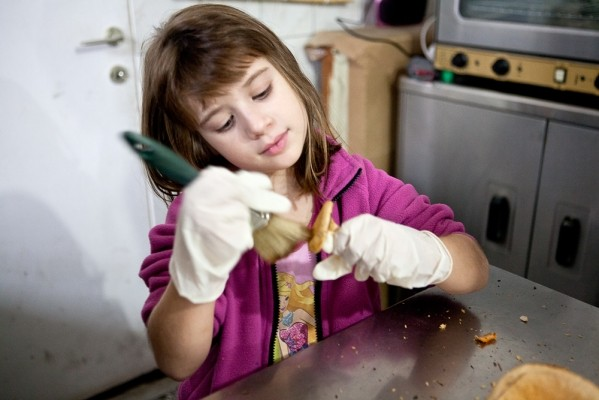 Τα μανιτάρια πρέπει να καθαριστούν, να κοπούν και στη συνέχεια να βράσουν για να γίνουν νόστιμο τουρσί.