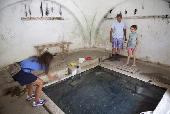 Δεξαμενή θερμού ιαματικού νερού στο χαμάμ