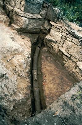 Ο υδροδοτικός αγωγός των Σταγείρων, στο σημείο ακριβώς που διαπερνά το νότιο κλασσικό τείχος, συνεχίζοντας την πορεία του νοτιότερα.