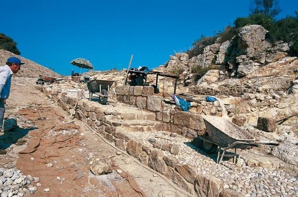 Άποψη κατά την διάρκεια της ανασκαφής της περιοχής των μαγαζιών και αποθηκών στην Αγορά των Σταγείρων.