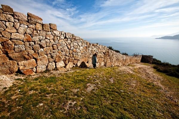 Τμήμα του πρώιμου κλασσικού τείχους στον νότιο λόφο αμέσως δεξιά του κυκλικού πύργου.