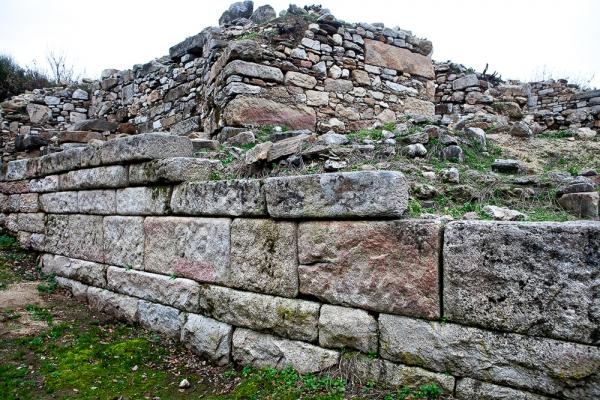 Ο αναλημματικός τοίχος από επιμελημένους γρανιτόλιθους ανήκει αναμφίβολα στον ναό, τον αφιερωμένο στον Δία Σωτήρα και στην Σώτειρα Αθηνά.