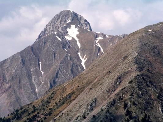 Απότομη η κορυφή της Φτέρης 2.126 μ. όπως φαίνεται από τη σπηλιά του Κατσαντώνη