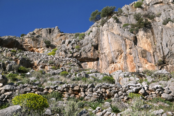 Στόμια σπηλαίων στις πλαγιές του Δανιήλ