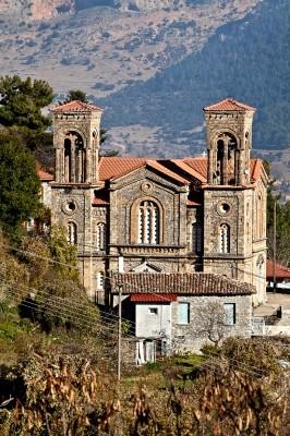 Ο περίφημος για τις διαστάσεις και την εκπληκτική του αρχιτεκτονική, πολιούχος ναός του Αγ. Σπυρίδωνα στον οικισμό του Φενεού.