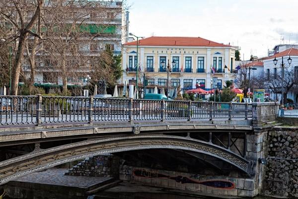 Σημείο αναφοράς για το κέντρο της πόλης αποτελεί η κεντρική σιδερένια γέφυρα του Ληθαίου.