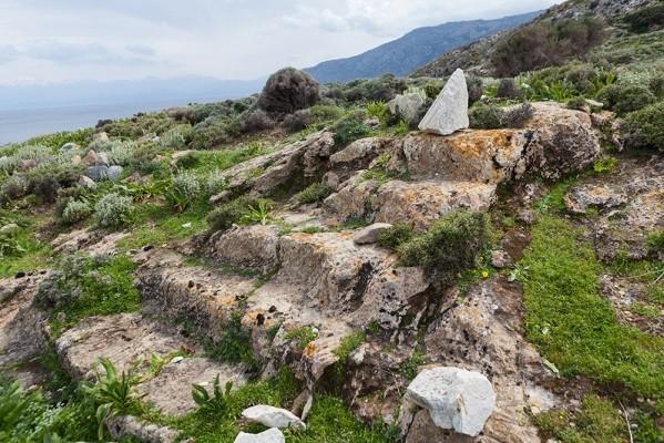 Κλίμακα λαξευμένη σε βράχο στην Ν-ΝΑ πλευρά του όρμου Μένιες.