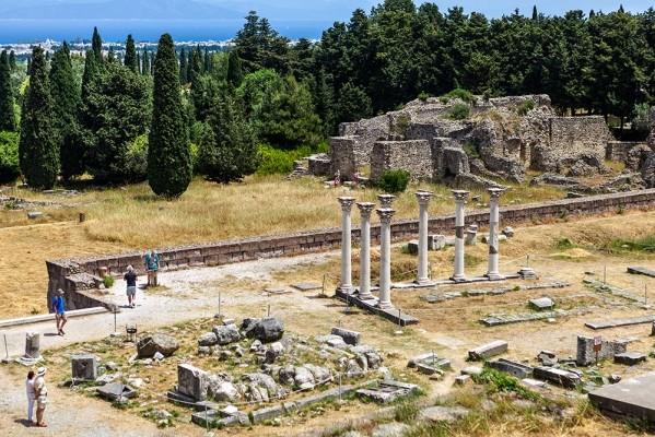 Ο βωμός του Ασκληπιού και δεξιά ο ναός του Απόλλωνα