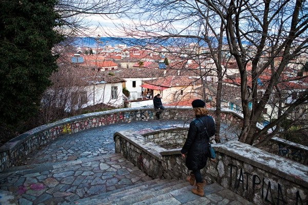Το πλακόστρωτο δρομάκι από το κάστρο προς το Βαρούσι
