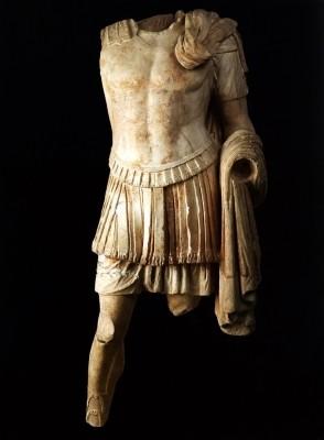 Άγαλμα θωρακοφόρου ανδρός υπερφυσικού μεγέθους της τελευταίας εικοσαετίας του 1ου αι. π.Χ