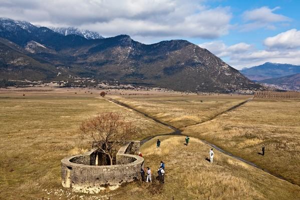 Ένας περίπατος ήρεμος και απολαυστικός για μεγάλους και μικρούς, μας οδηγεί στο θαυμάσιο τοπίο με τις καταβόθρες του Φενεού.
