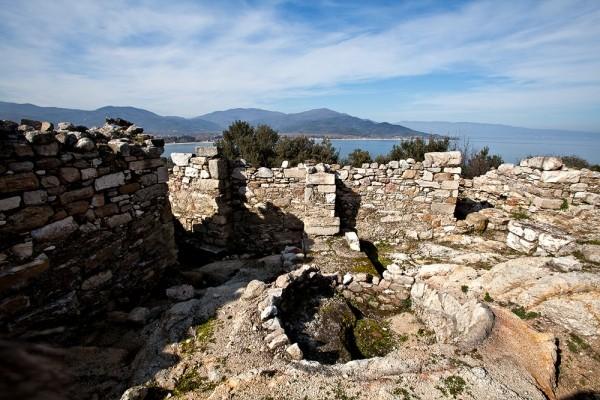 Στο κέντρο βυζαντινό κυκλικό ασβεστοκάμινο. Εδώ μετατράπηκαν σε ασβέστη όλα τα μαρμάρινα στοιχεία του αρχαϊκού ναού, τμήματα του οποίου διακρίνονται στη φωτογραφία.
