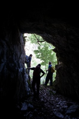 Η Αρκουδότρυπα χρησιμοποιείται, σε δύσκολες καιρικές συνθήκες, ως καταφύγιο από κυνηγούς και κτηνοτρόφους