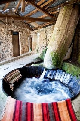 Αν και με τσιμεντένιο βαγένι η νεροτριβή δεν παύει να είναι μια διαδικασία πλυσίματος απολύτως παραδοσιακή.