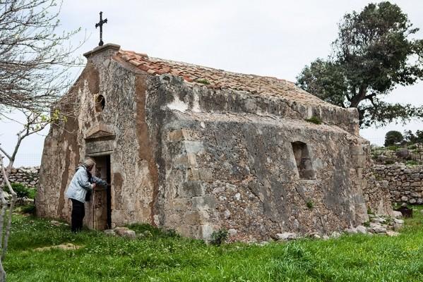 Το καθολικό της παλιάς Μονής του Αγ. Γεωργίου του 9ου αιώνα, στο ακρωτήρι της Σπάθας.
