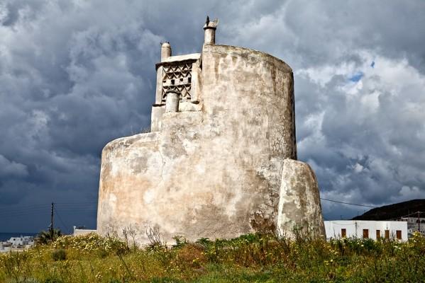 Στις ΒΑ συνοικίες της Χώρας ανακαλύπτουμε με ικανοποίηση τον μοναδικό κυκλικό περιστεριώνα του νησιού.