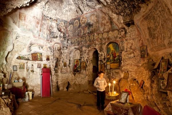 Γενική άποψη του τοιχογραφημένου εσωτερικού των  Αγίων Θεοδώρων προς την κόγχη του Ιερού.
