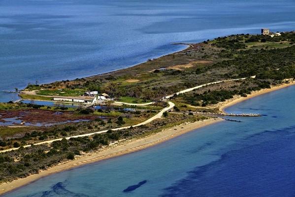 Το Διβάρι που είναι ο υδάτινος σύνδεσμος της θάλασσας του Ναβαρίνου και της λιμνοθάλασσας της Γιάλοβας.