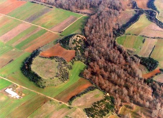 Αεροφωτογραφία του αρχαιολογικού χώρου των Καλινδοίων με τις δυο Τούμπες στο κέντρο και το συγκρότημα του Σεβαστείου στεγασμένο