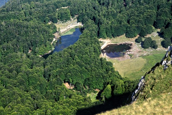 Από την κορυφή της Πάνω Αρένας η καταπληκτική θέα των δύο λιμνών Μουτσάλια.